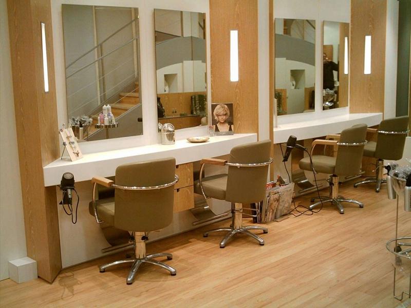 Poset de coiffage et fauteuils de coupe