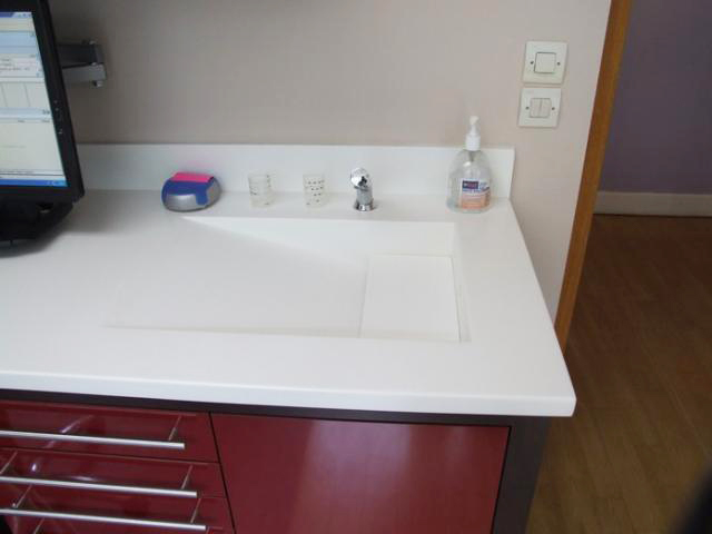 Lavabo intégré dans un plan de travail pour cabinet dentaire