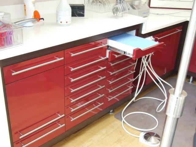 Meuble de rangement pou cabinet dentaire avec de nombreux tiroirs