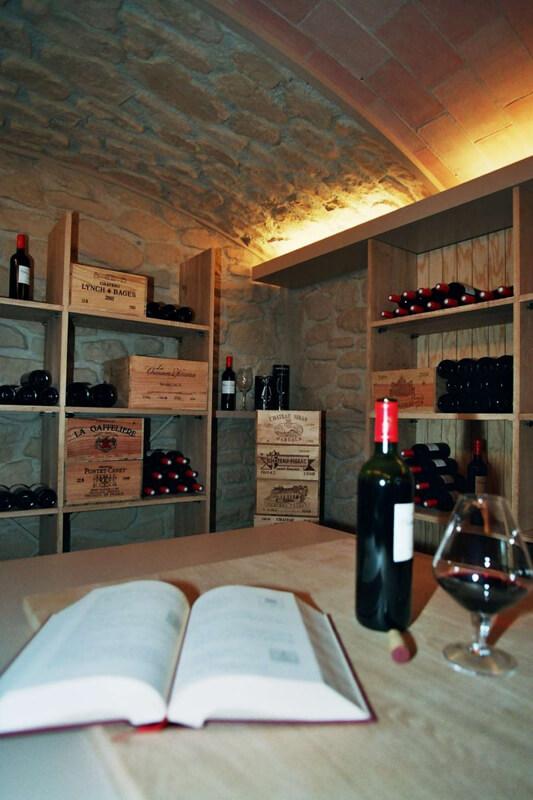 Casiers de conservation en bois dans une cave à vins