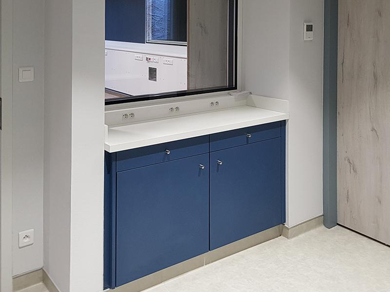 Rangement couleur bleu cosmique et plan de travail en Corian® dans un centre de dialyse du Doubs