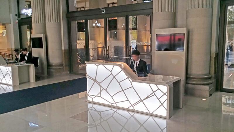 Meuble d'accueil pour un siège bancaire