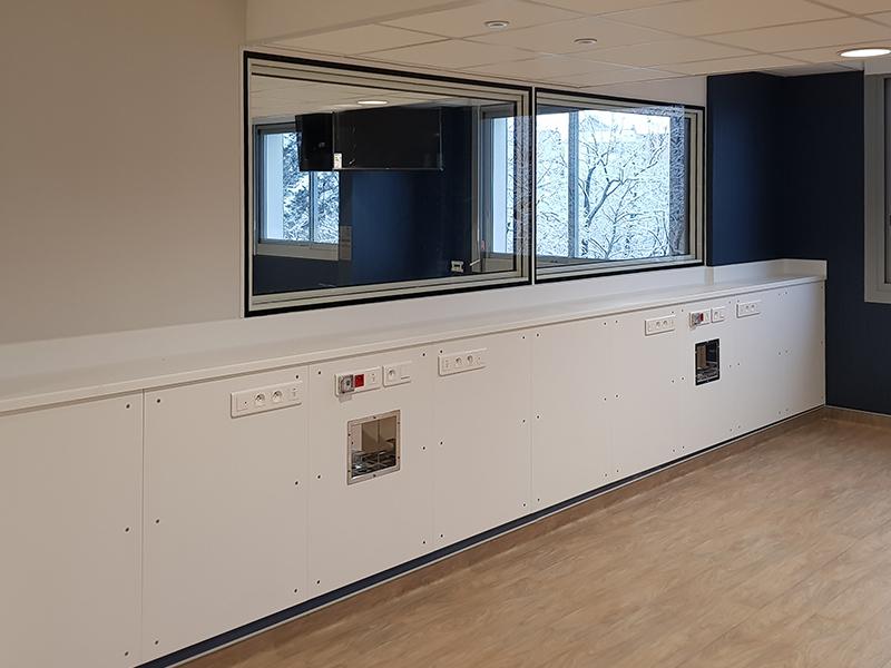 Mobilier blanc et plan de travail dans un centre de dialyse du Doubs