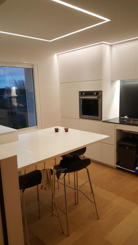 Conception de plans de travail et table sur-mesure pour une cuisine