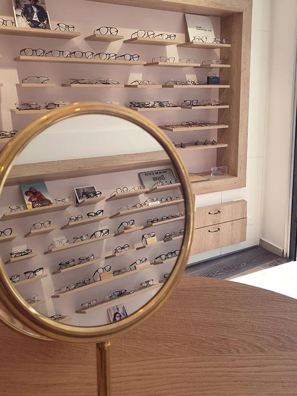 Jeu de reflets dans un magasin d'optique à l'aide d'un miroir de table rond