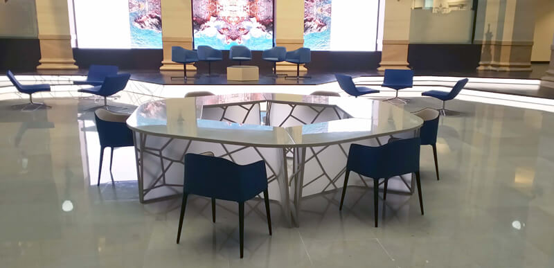 Création d'une table sur-mesure avec une reprise des éléments constitutifs des paravents intérieurs