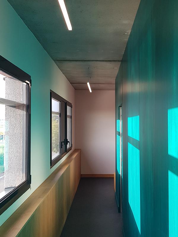 Couloirs vert émeraude d'un cabinet d'ophtalmologie