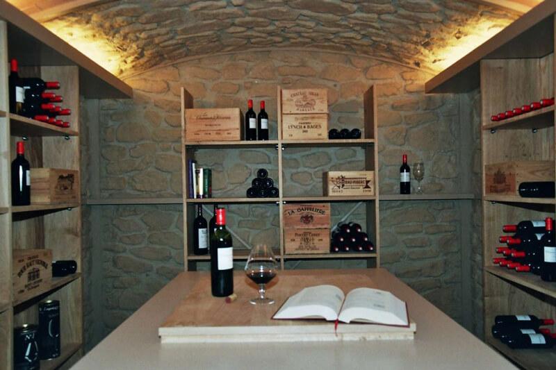 Agencement cave à vins et table de dégustation