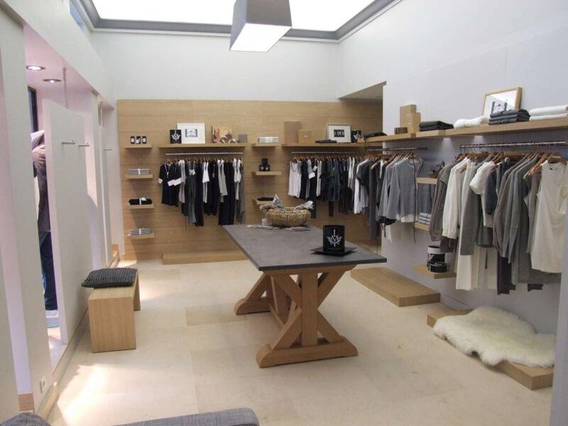 Vue d'ensemble de l'agencement d'une boutique de vêtements