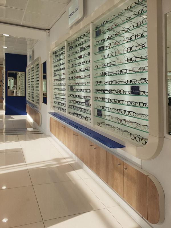 Compartiments de stockage, tablettes pour déposer les lunettes, fond de vitrine avec éclairage leds
