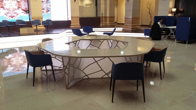 Table de travail dans le hall d'un siège bancaire