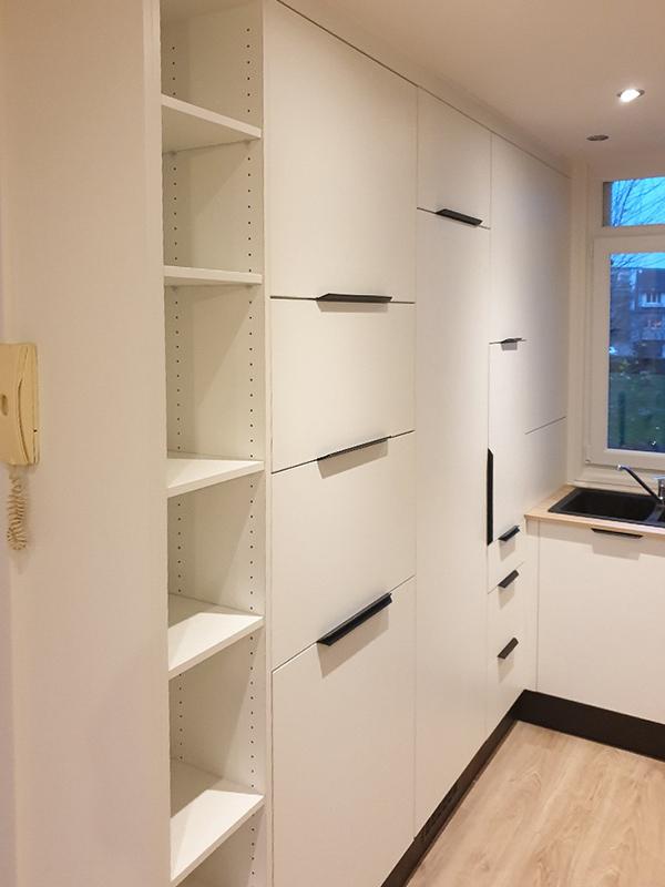 Nombreux rangements sur-mesure dans une cuisine