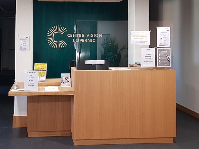 Banque d'accueil d'un cabinet d'ophtalmologie