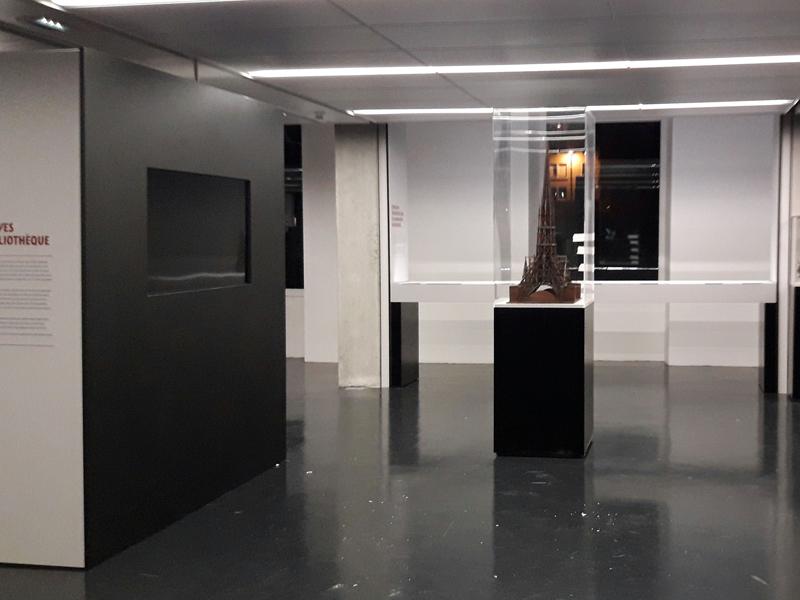 Scnéographie et protection de maquettes dans des vitrines sur-mesure