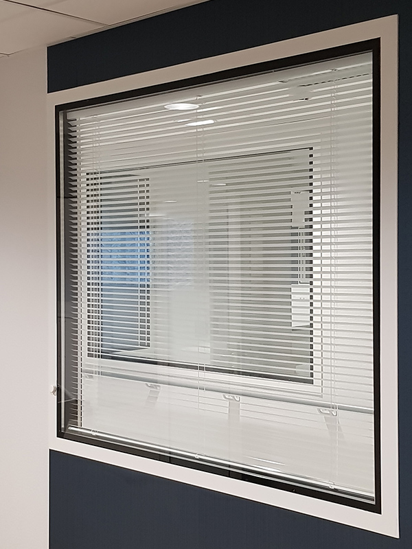 Cloison centre de dialyse avec store intégré au vitrage pour améliorer la confidentialité