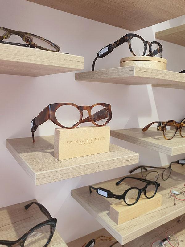 Présentoir individuel en bois pour un magasin d'optique