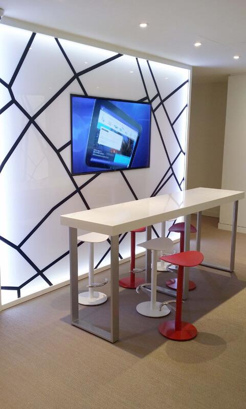 Table haute et tabourets pour espace d'échanges