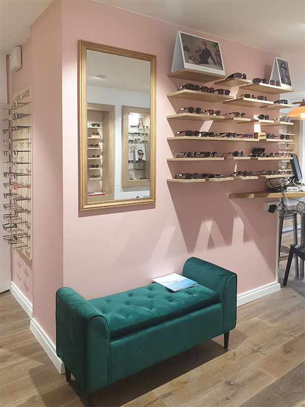 Banquette et miroir dans une boutique d'optique en région parisienne