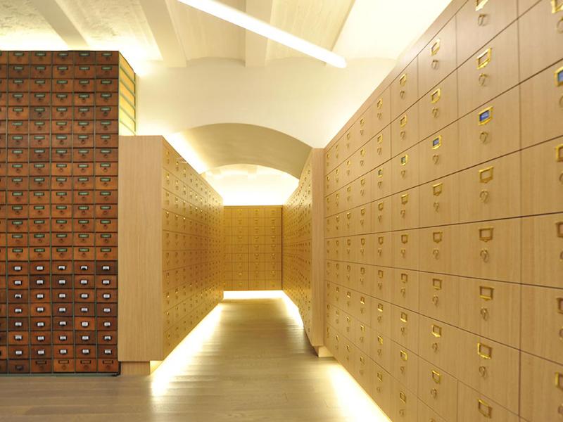 Archives en sous-sol avec des casiers historiques