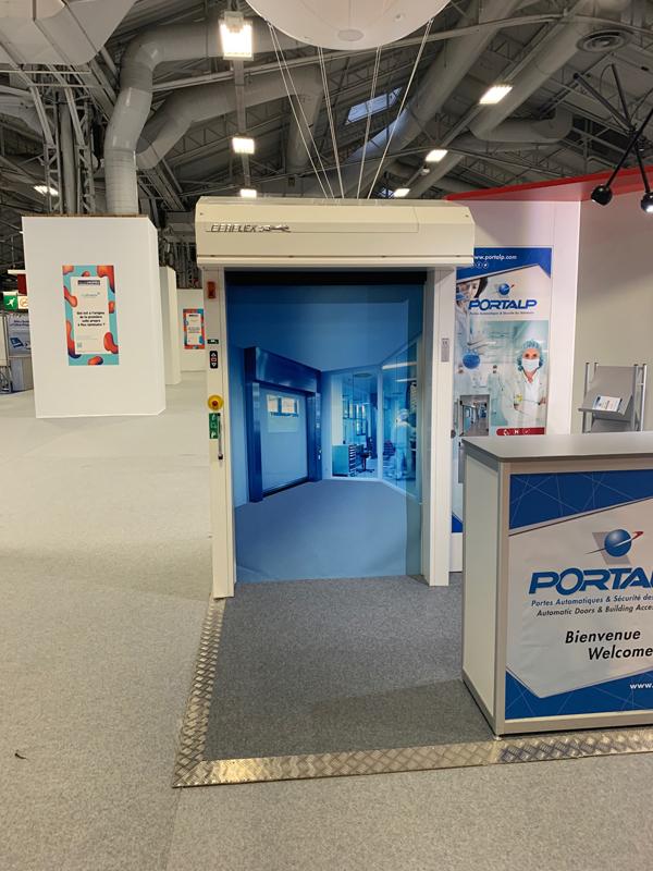 Intégration d'une porte rapide Efaflex au sein du stand Portalp