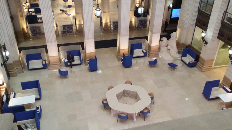 Vue d'ensemble de l'aménagement du hall d'un siège bancaire