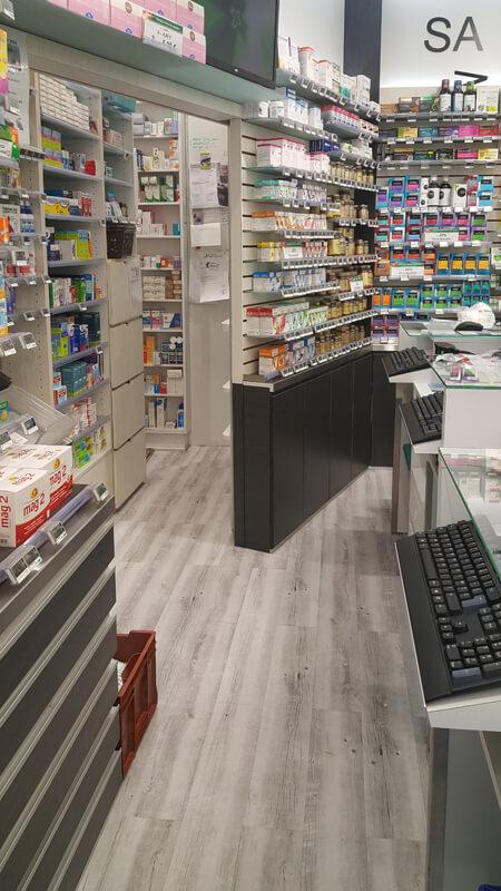Comptoirs de vente d'une pharmacie à Versailles