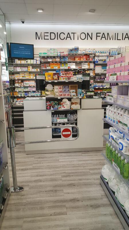 Agencement d'une pharmacie à Versailles avec ses comptors de vente