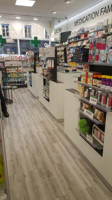 Vue globale de l'agencement d'une pharmacie à Versailles