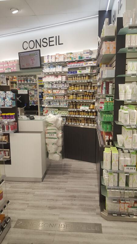 Agencement d'une pharmacie à Versailles, avec la création d'une zone confidentielle