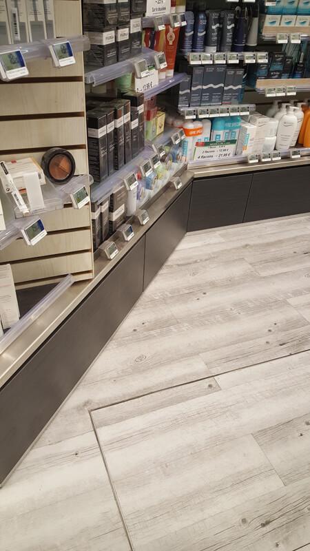 Détails des meubles bas d'une pharmacie à Versailles
