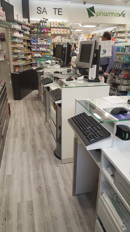Vuen globale des comptoires de vente d'une pharmacie à Versailles