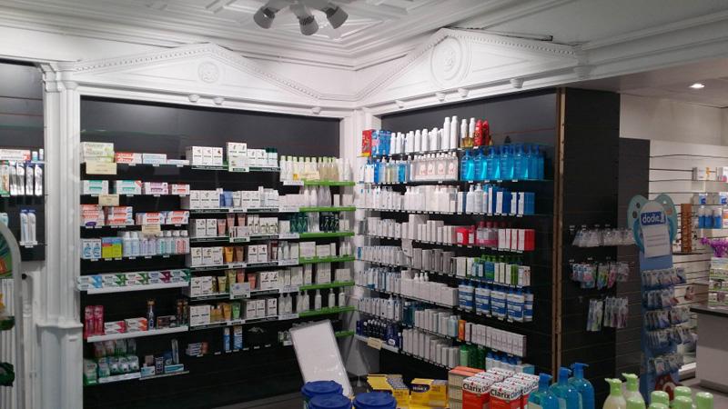Etagères Technolam pour une pharmacie