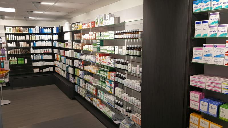 Aménagement d'une pharmacie à May-sur-Orne : rayonnage de présentation