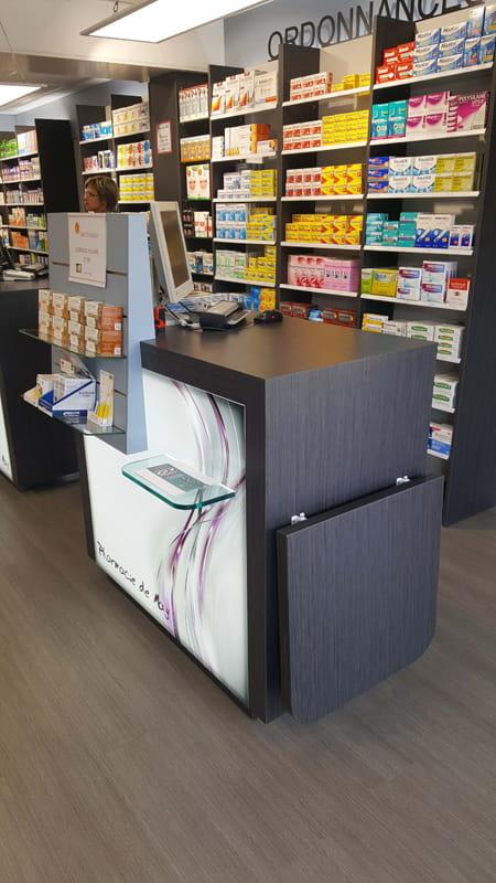 Aménagement d'une pharmacie à May-sur-Orne avec un comptoir de vente design et rétroéclairé