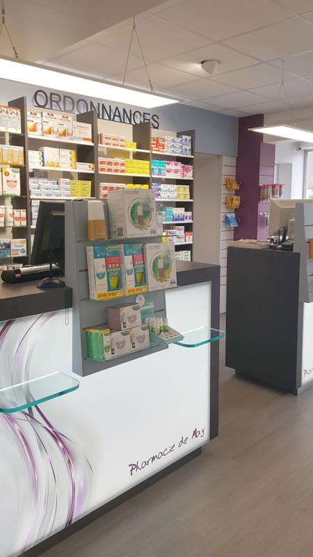 Aménagement d'une pharmacie à May-sur-Orne : tablettes PMR