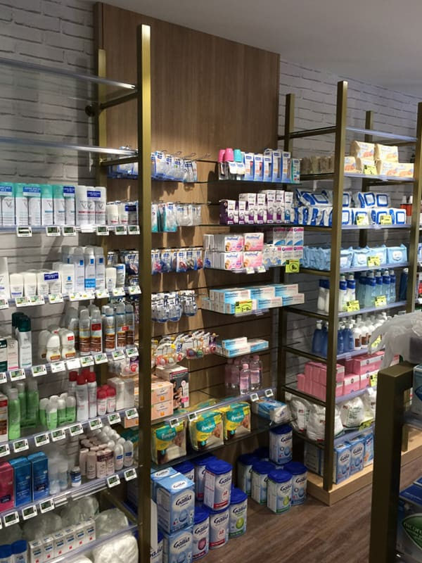 Etagères et présentoirs pharmacie