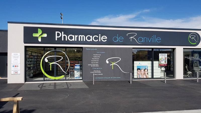 Devanture pharmacie Ranville avec signalétique extérieure et enseigne