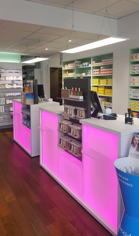 Comptoires de vente roses pour une pharmacie au Havre
