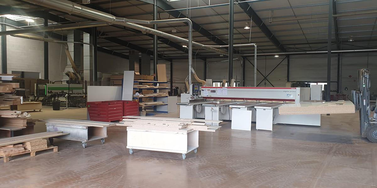 Atelier de fabrication et de découpe de TM Agencement dans la banlieue caennaise