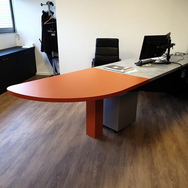 Bureau avec table de réunion intégrée
