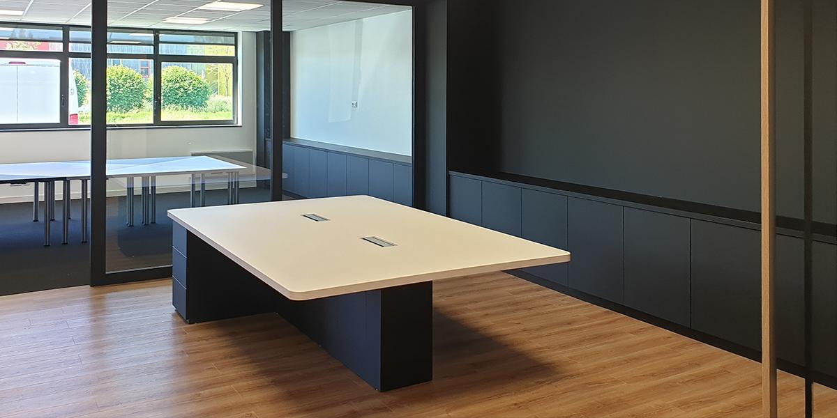 TM Agencement conçoit, fabrique et installe des bureaux, cloisons et rangements.