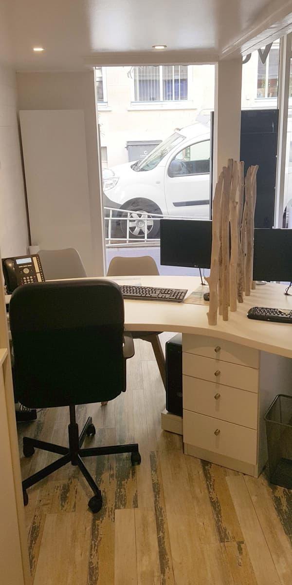 Intégration de caissons de rangement sous un bureau