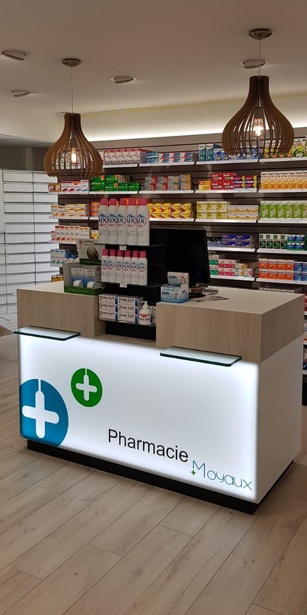 Comptoir de vente rétroéclairé pour une pharmacie à Moyaux