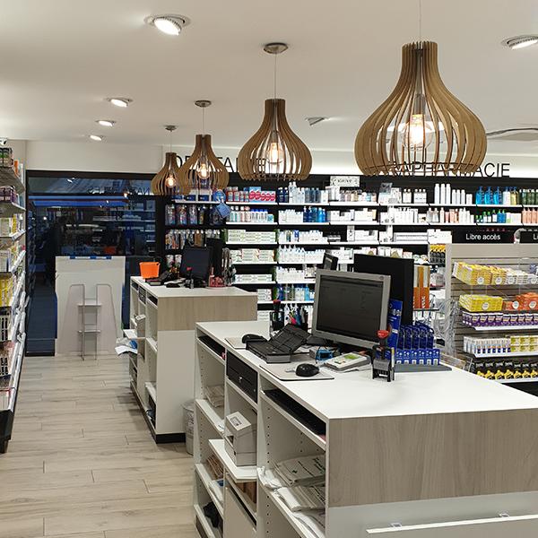 TM Agencement conçoit, réalise et installe des comptoirs pour une pharmacie.