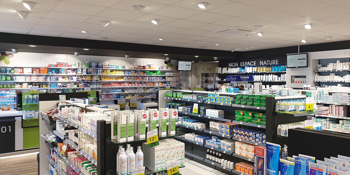 Installation de comptoirs de vente pour une pharmacie.