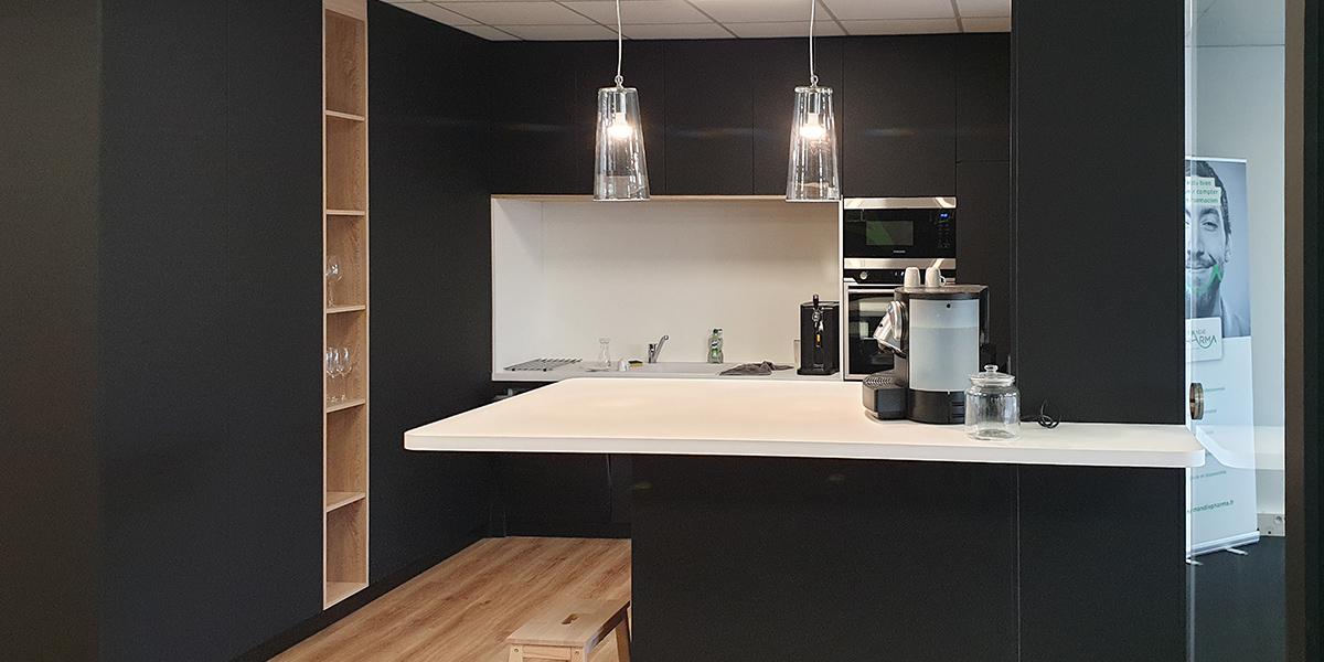 Installation d'un ilôt central dans une cuisine.