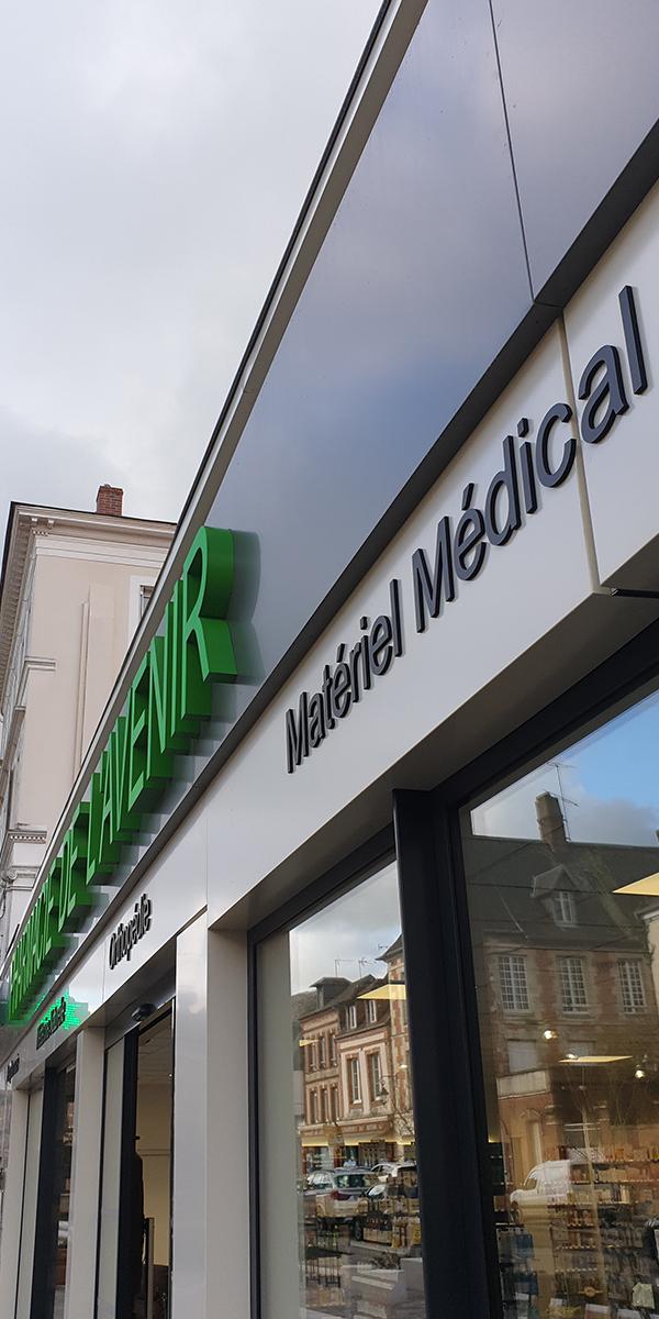 Devanture d'une pharmacie à Orbec.