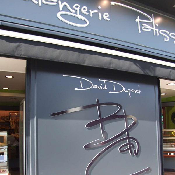 Devanture et signalétique d'une boulangerie à Cabourg