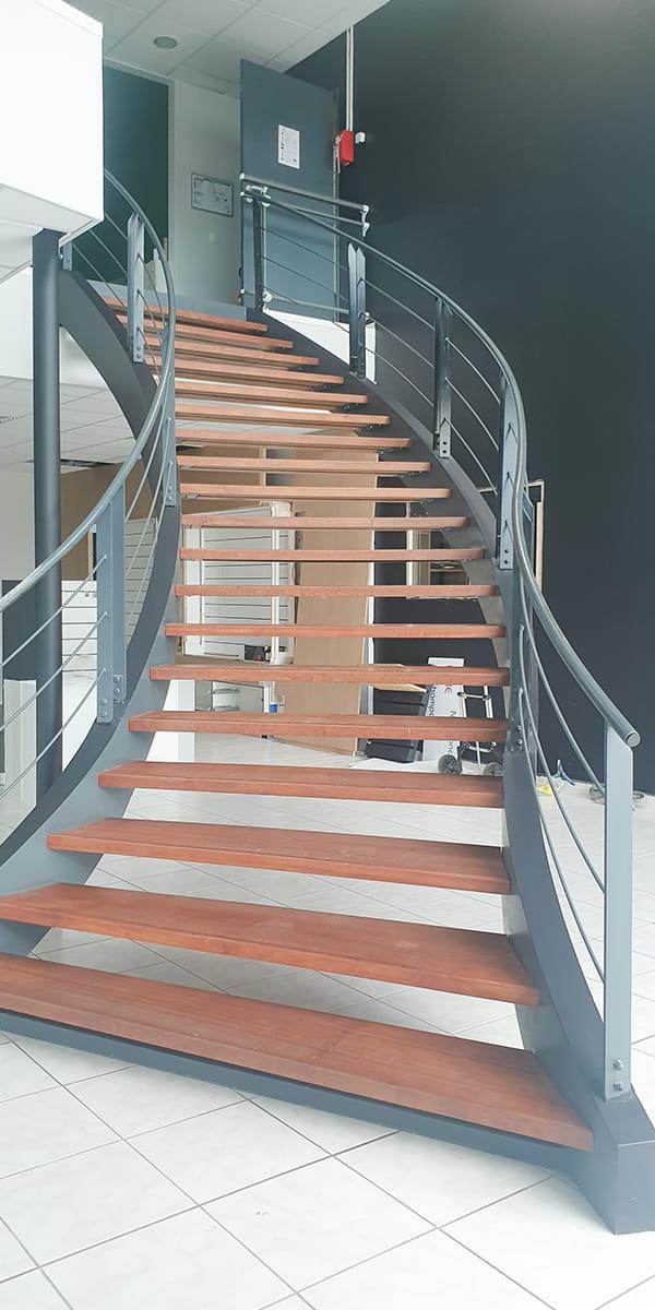 Ecaliers intérieurs permettant l'accès au premier étage des bureaux de TM Agencement