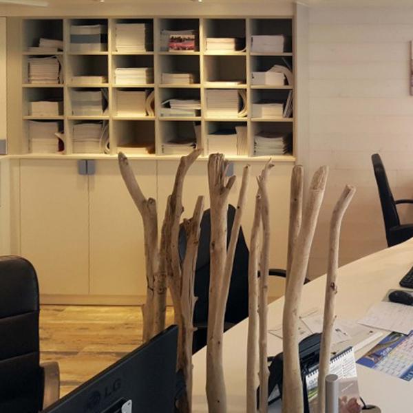 Création et fabrication d'étagères sur-mesure pour une agence de voyages